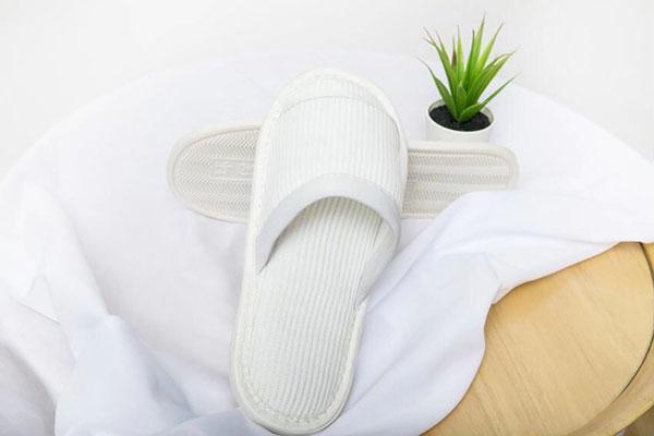 纯白色开口环保拖鞋