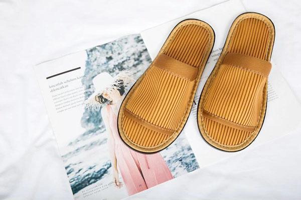 棕色开口环保拖鞋