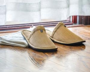棕色加棉环保拖鞋