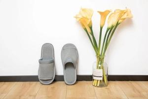 灰色开口环保拖鞋